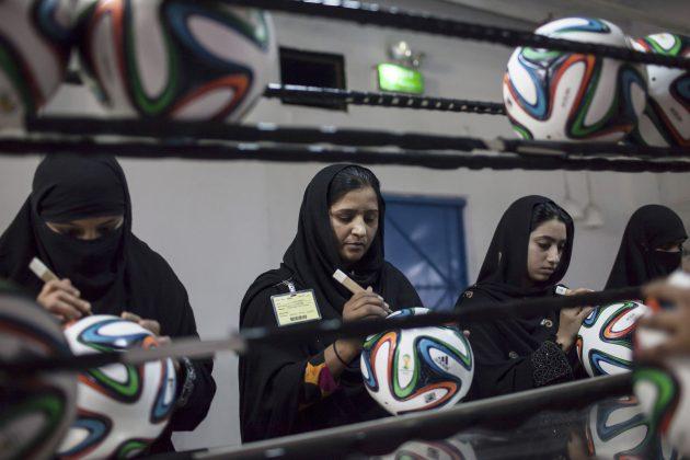 Изготовление футбольных мячей, Пакистан