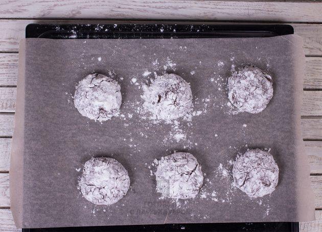 Праздничное шоколадное печенье: посыпаем сахаром и пудрой