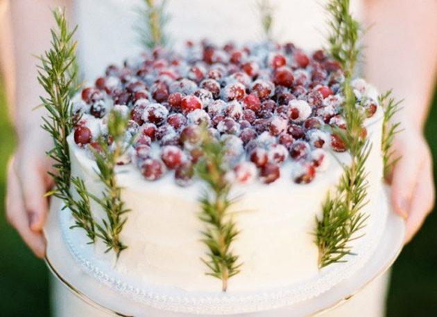 Торт с кремом, украшенный ягодами
