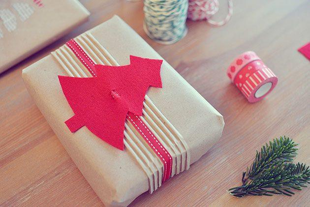 украсить подарок картонной ёлочкой