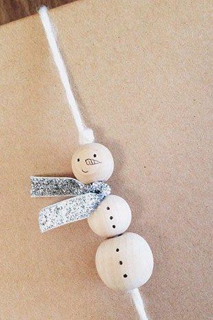 украсить подарок снеговиком из бусин