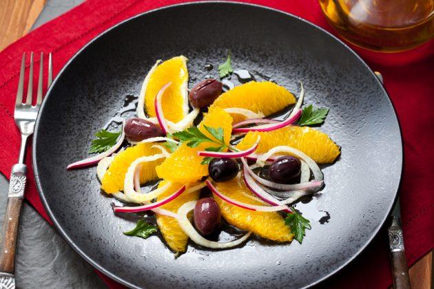 Цитрусовый салат с розмарином и оливками