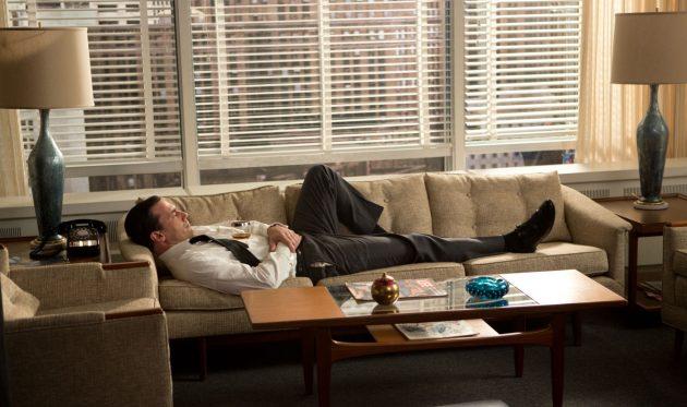 Дон Дрейпер в разгар рабочего дня в офисе