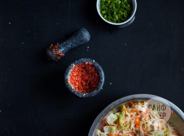 Как приготовить кимчи: разотрите чеснок с имбирём, рыбным соусом и хлопьями перца