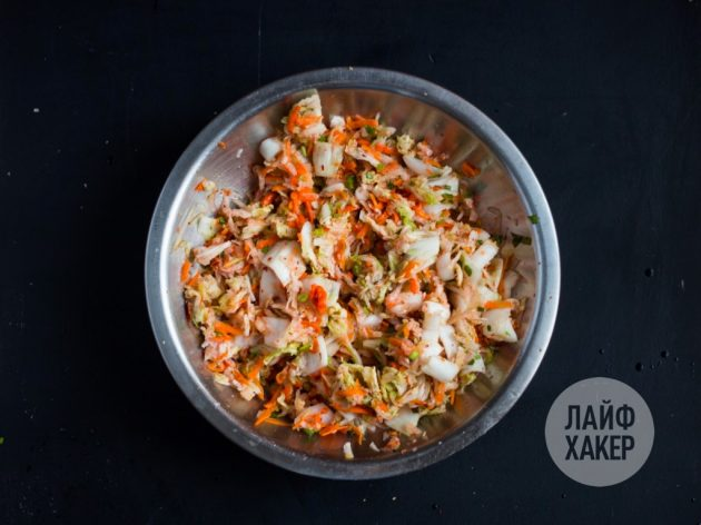 Как приготовить кимчи: перемешайте капусту с перцем