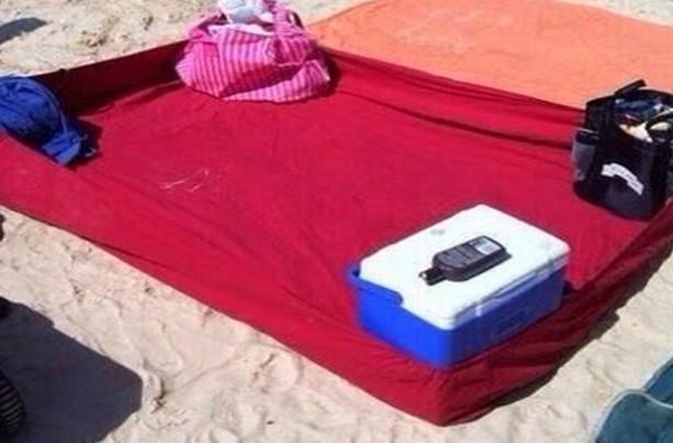 Натяжная простыня на пляже