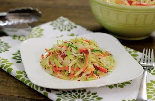 Витаминный салат с капустой и сладким перцем