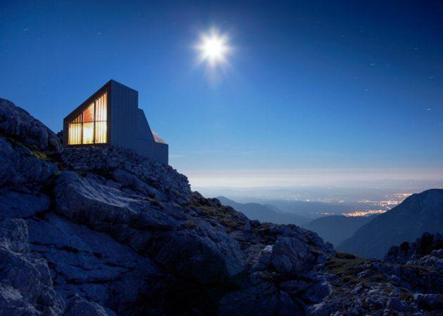 Домик на вершине горы для отдыха альпинистов