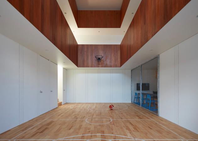 Дом с баскетбольной площадкой внутри Court House