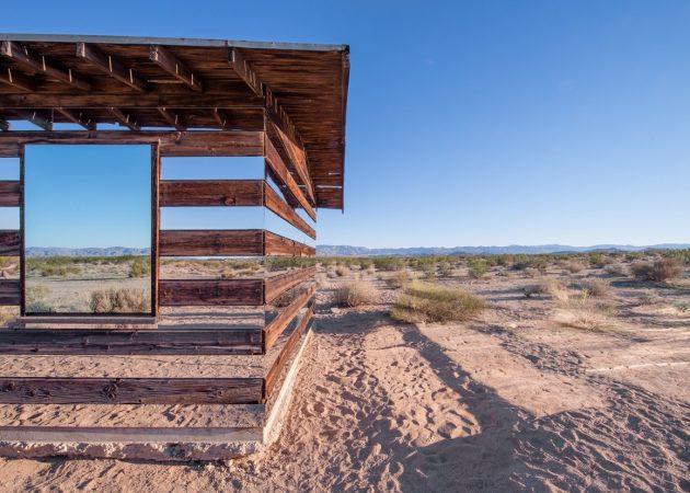 Прозрачный дом из стеклянных панелей