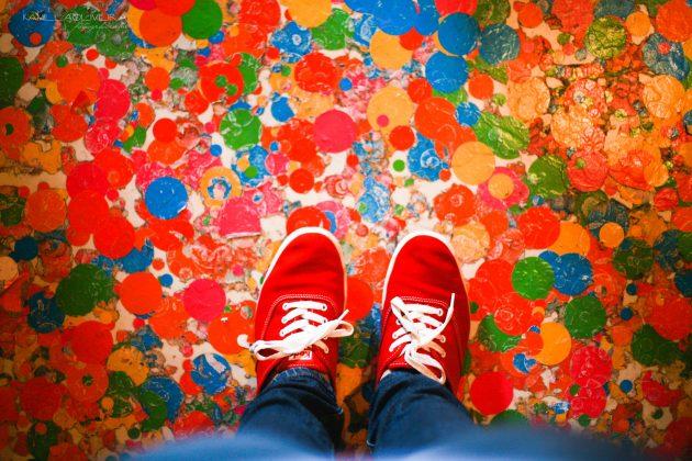 Как выбрать одежду: эффект красных кроссовок