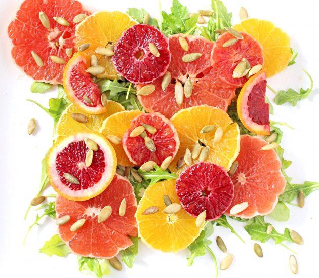 Витаминный салат с апельсинами, рукколой и тыквенными семечками