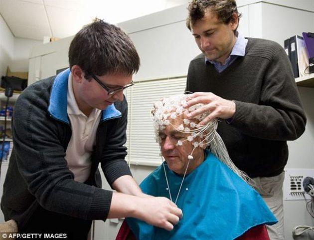 Энди Френсис и Энтони Лутц закрепляют датчики на голове Матье Рикара
