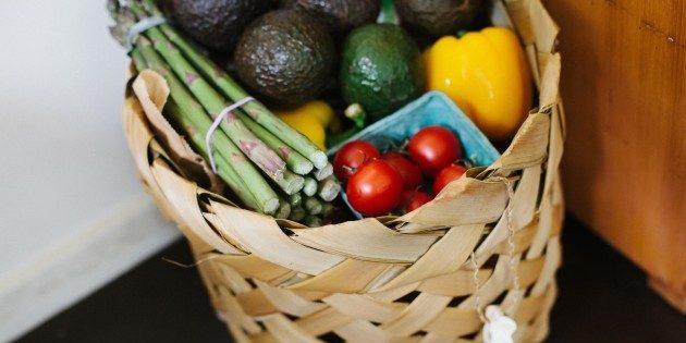 Поставьте корзину с фруктами на видное место