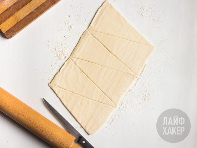 Раскатываем тесто для слойки