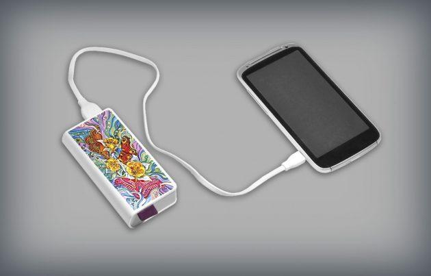 Подарки к 8 Марта: карманный аккумулятор с ярким принтом