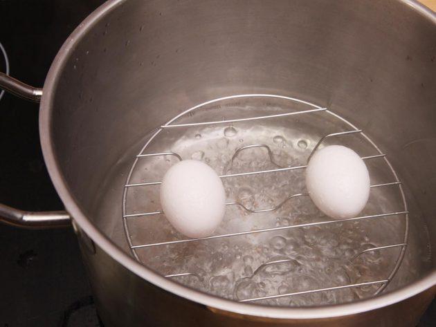 20140430-peeling-eggs-03_1461565541-630x