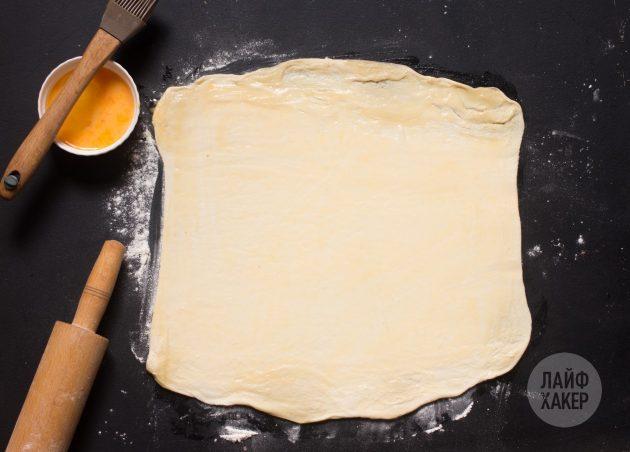 Как приготовить сырные палочки: раскатайте тесто
