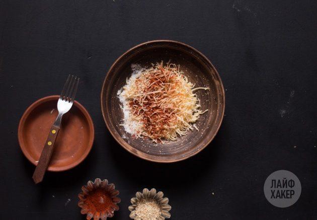 Как приготовить сырные палочки: смешайте сыр со специями