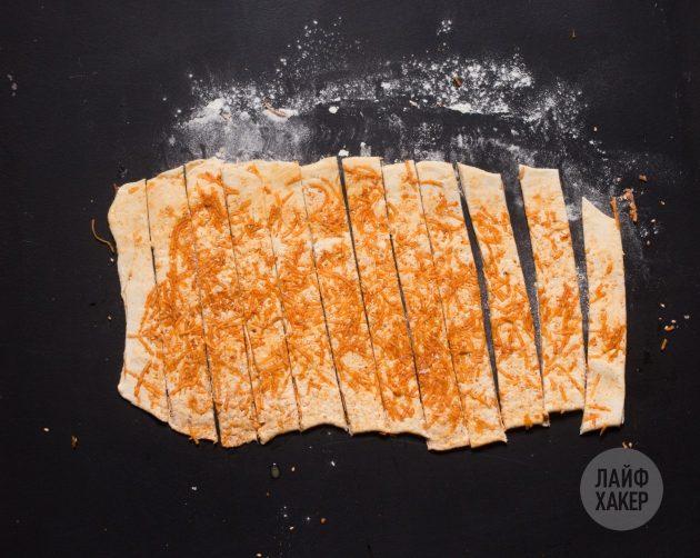 Как приготовить сырные палочки: нарежьте тесто
