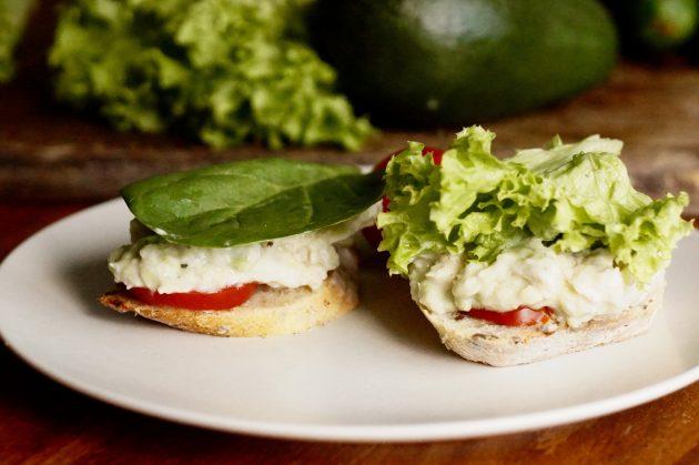 Сэндвич с авокадо и салатом