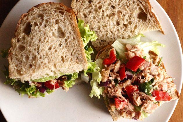 Сэндвич с тунцом и зеленью
