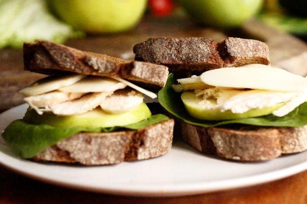 Сэндвич с мясом птицы и яблоком