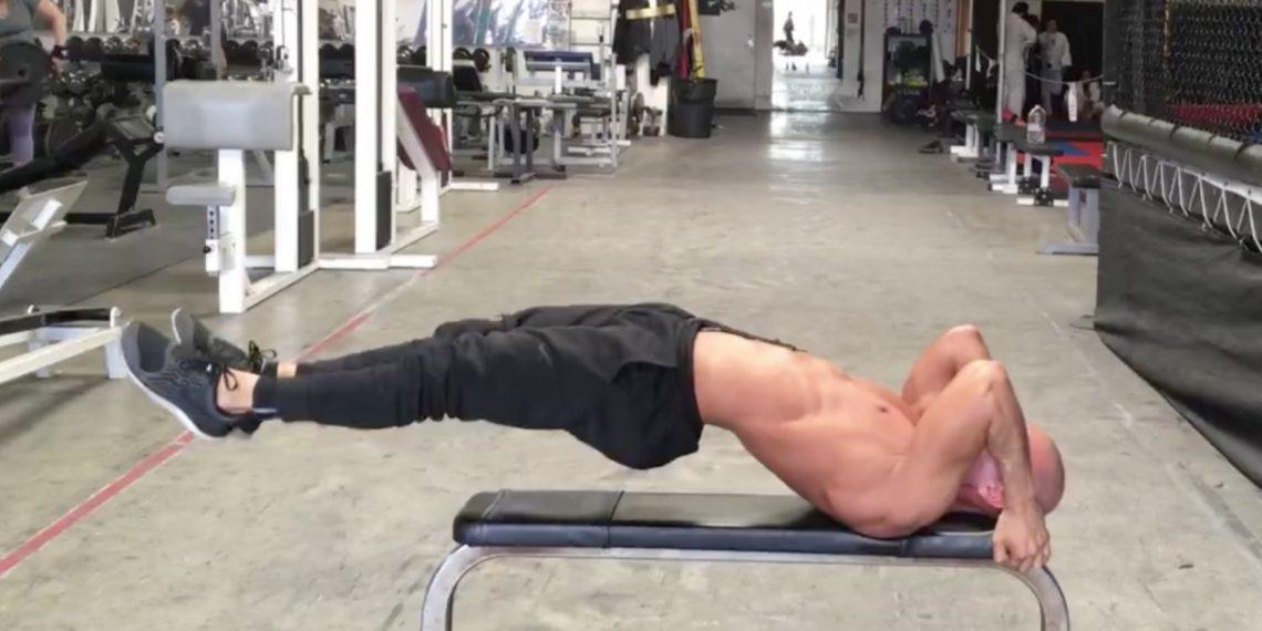 ВИДЕО: Подготовка к выполнению знаменитого упражнения от Брюса Ли «флаг дракона»