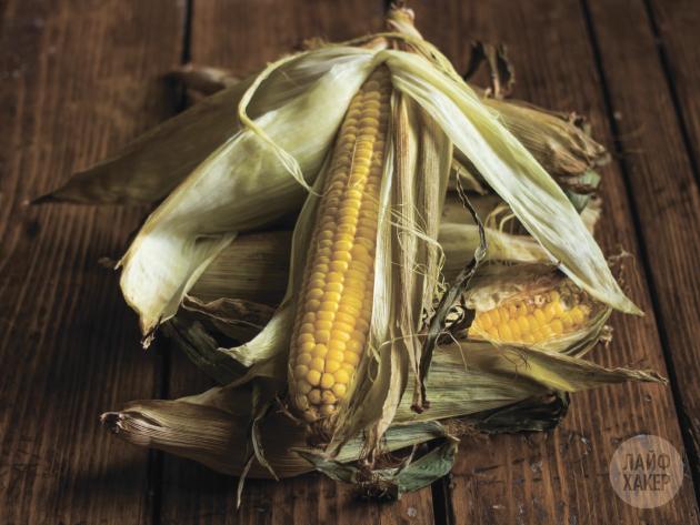 Очищаем кукурузу от листьев