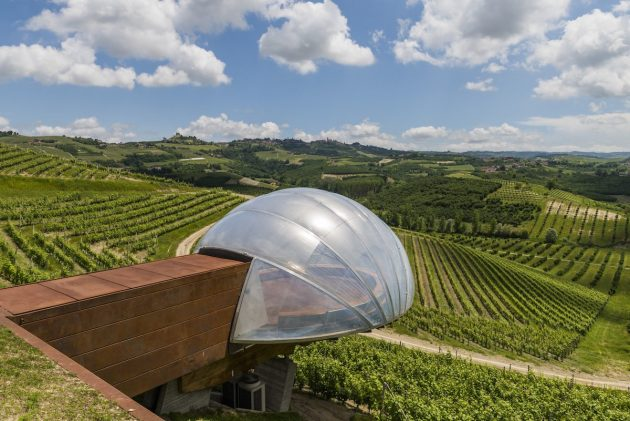 архитектура Европы: Ceratto Winery overlooking the vineyards in Alba