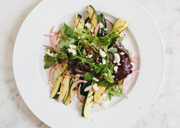 летние салаты: гриль-салат из цукини, зелени и феты