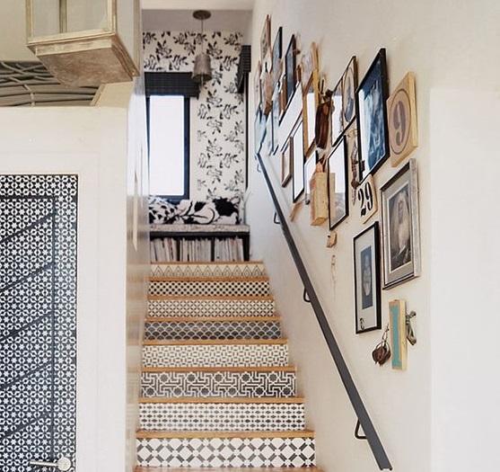Лестница, украшенная остатками обоев