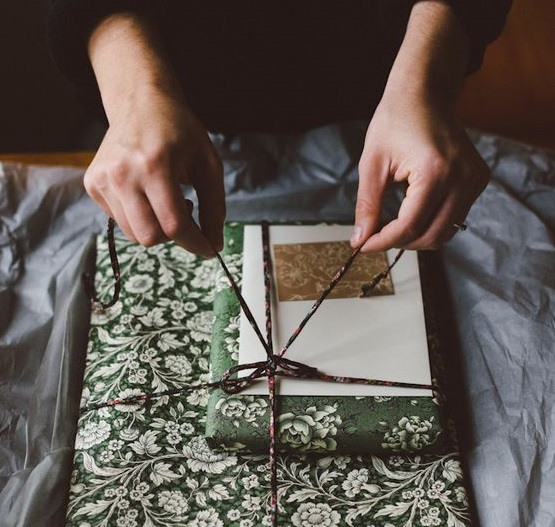 Подарочная упаковка из остатков обоев