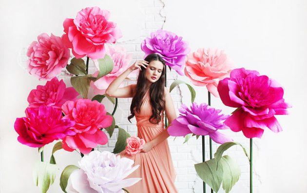 Роза из гофрированной бумаги на фотосессии