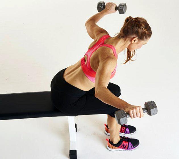 мышцы верхней части спины: разведение гантелей