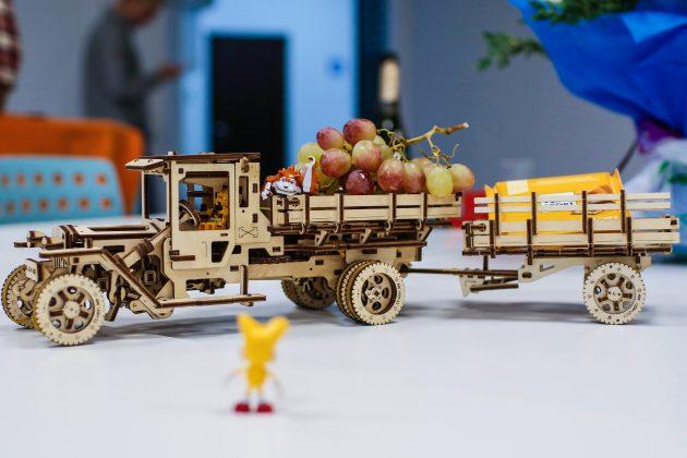 Обзор конструктора UGEARS: деревянный грузовичок, который ездит без батареек