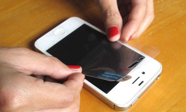 Как наклеить плёнку на телефон