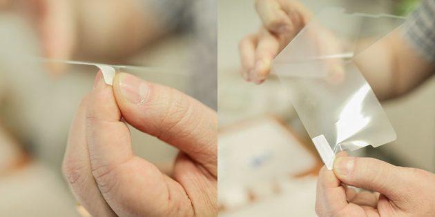Как наклеить защитное стекло на смартфон: удалите плёнку