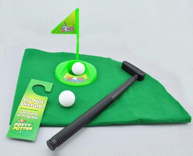 Оригинальные подарки на Новый год: гольф для туалета