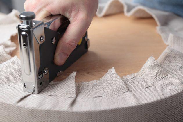 Перетяжка мебели: крепление новой обивки