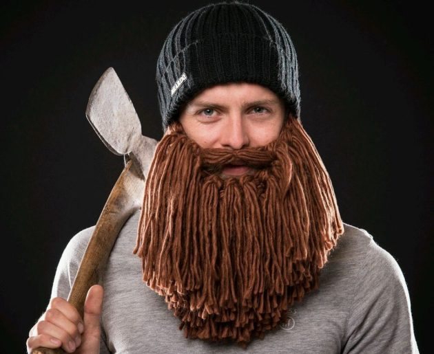 Оригинальные подарки на Новый год: бородатая шапка