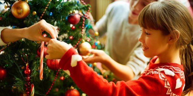 Готовимся к Новому году с Лайфхакером: ставим ёлку и украшаем дом
