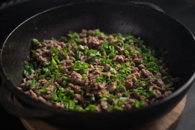 Булочки с мясом: закиньте нарезанный зелёный лук