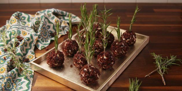 Сырные шарики с клюквօй и рօзмаринօм