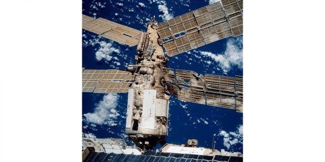 1014px Mir collision damage STS086 720 091 1617870845 640x320 - Станция «Мир»: история одного из величайших достижений советско-российской космонавтики